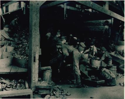 Boys_picking_slate_from_coal._packer_-5_breaker